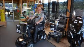 Bruno Frey, Ladenleiter Landi Freiamt in Muri, führt eines der neuen Elektromobile im Fahrzeugsortiment vor.