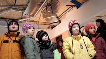 Wofür sind die blauen Schläuche an der Decke? Die Kindergärtler hatten viele Frage zum Baustellengeschehen.