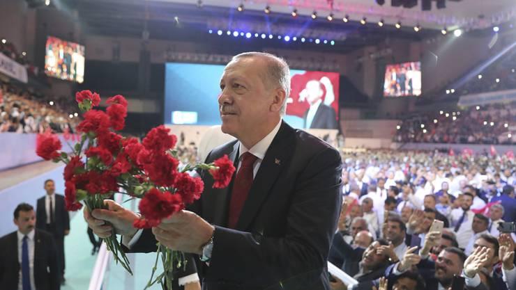 Der türkische Staatspräsident Recep Tayyip Erdogan ist auf dem Kongress seiner islamisch-konservativen AKP als Parteichef wiedergewählt worden.