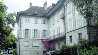 Ort der Politik: Im Übungssaal des Stadttheaters (hinten) trat das Gemeindeparlament erstmals zusammen.