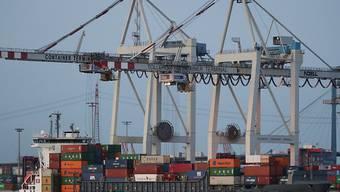Nach dem markanten Plus im Vormonat sind die Schweizer Exporte im Oktober wieder gesunken. (Archiv)