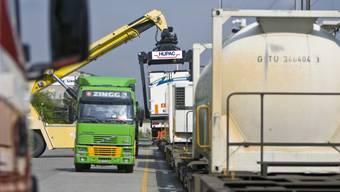Zum vierten Mal in Folge hat 2016 die Schiene der Strasse Marktanteile abnehmen können. (Themenbild)