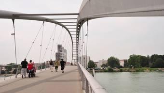 Für manche Basler nah, für andere ziemlich fern: die Dreiländerbrücke zwischen Weil (D) und Huningue (F). (Archiv)