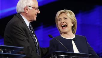 Hillary Clinton (r.) gelang es, das Gerangel innerhalb der Demokratischen Partei auf einen Zweikampf zwischen ihr und Rivale Bernie Sanders (l.) zu reduzieren.