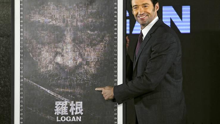 """Vor der Asienpremiere seines neuen """"Wolverine""""-Films """"Logan"""" hat Hugh Jackman auf dem Nachtmarkt ein paar Spezialitäten probiert, darunter Hühnerherzen und Stinkenden Tofu."""