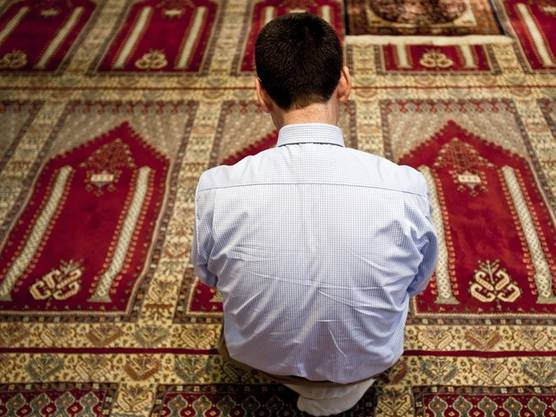 Ein gläubiger Moslem in der Moschee (Symbolbild)