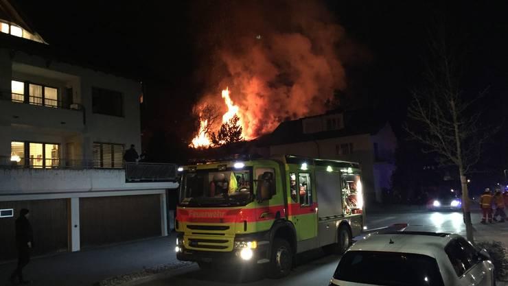 Die Feuerwehr konnte den Brand rasch unter Kontrolle bringen und ein Übergreifen der Flammen auf die umliegenden Häuser verhindern.