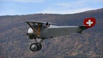 Die Nieuport 23 C-1 während des Jungfernflugs vor der Kulisse des Grenchenbergs.