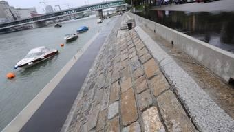Einladend: Das trübe Wetter täuscht, sobald die Sonne scheint, füllt sich der neu gestaltete Uferweg mit Menschen. (Bild: Juri Junkov)