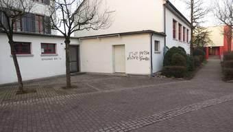 Sprayereien: Schon Anfang 2014 wurde das Schulhaus Jonen Opfer von Vandalen. (Archiv).