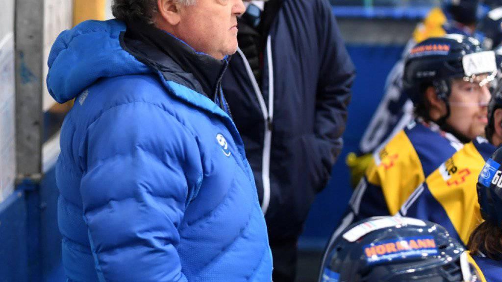 Ambris Sportchef Ivano Zanatta (vorne) steht im Spiel dem angezählten Cheftrainer Hans Kossmann zur Seite