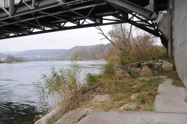 Unter der Brücke fand sich der durchwühlte Rucksack von Dittmann - mit Bargeld.