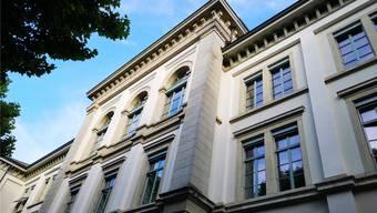 Im Pestalozzischulhaus wurden über hundert Jahre lang Aarauer Volksschüler (zuletzt noch Oberstufe) unterrichtet. Es ist erst seit 1981 reines KV-Schulhaus.