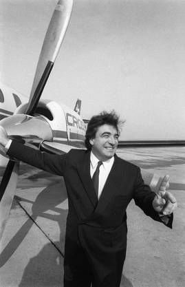 Moritz Suter posiert vor einer Crossair-Maschine auf dem Flughafen Genf-Cointrin, 1984.