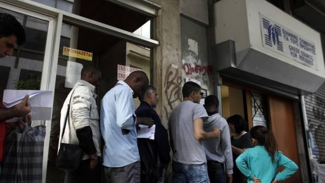 Griechenland überfordert: Asylbewerber stehen vor Amt in Athen an