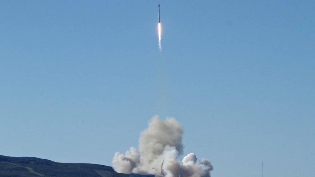 Die Rakete der privaten Raumfahrtfirma SpaceX hob von einem Weltraumbahnhof in Kalifornien ab. Sie soll zehn Satelliten ins All transportieren.