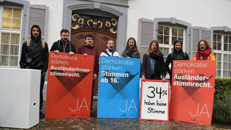Heute Morgen protestierten die Baselbieter Juso vor dem Regierungsgebäude in Liestal für das Stimmrecht für Ausländer und ab 16.
