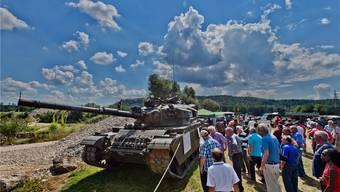 Jeder ein Panzerschütze: Das erlaubte der mit einer Laserkanone ausgerüstete Centurion-Panzer 55, die Ziele standen im Rebberg. Fotos: Emanuel Freudiger