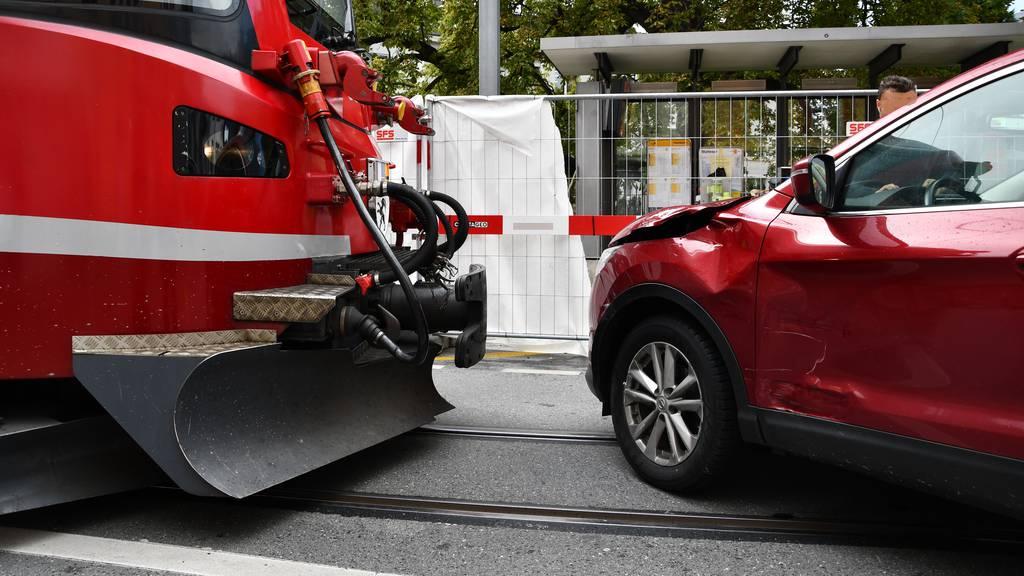 Auto knallt in Arosabahn