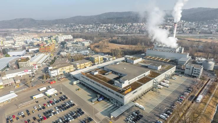 Blick auf die Coop-Verteilzentrale in Dietikon, auf deren Areal die neue KVA der Limeco entstehen soll. Im Hintergrund ist die aktuelle Anlage zu sehen.