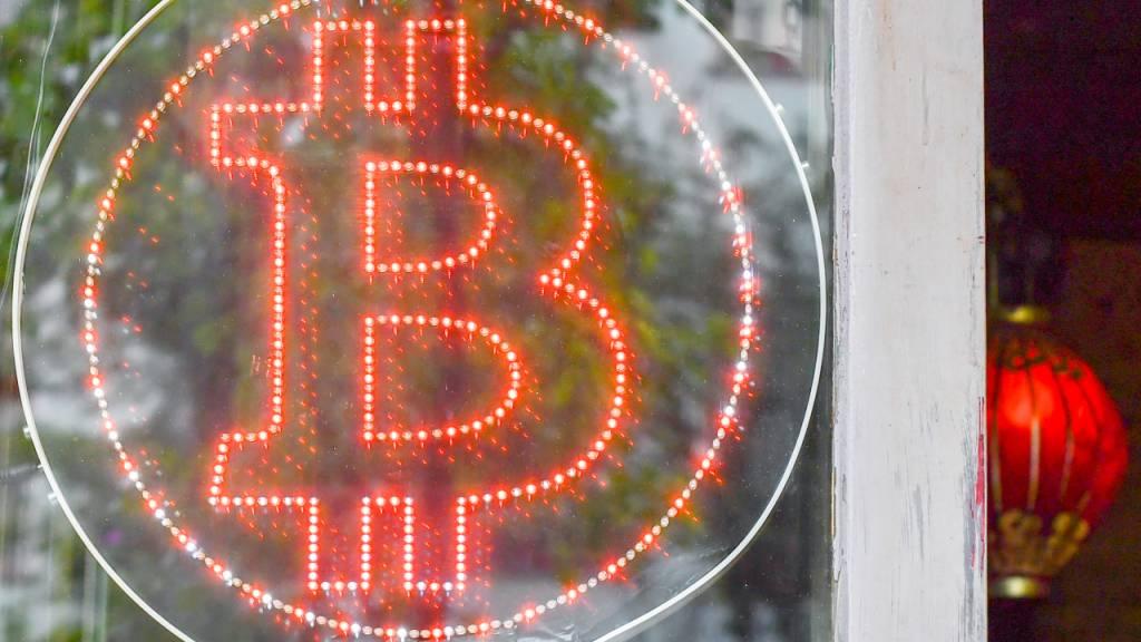 Die bekannteste Kryptowährung ist so teuer wie nie. (Archivbild)