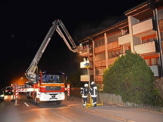 Wegen eines Brandes im Keller eines Mehrfamilienhauses mussten am Mittwochabend 24 Personen evakuiert werden. Vier Personen wurden ins Spital gebracht - drei wegen Verdachts auf Rauchgasvergiftung und eine wegen Schmerzen in der Brust. Die Feuerwehr konnte verhindern, dass das Feuer in die oberen Etagen übergreift.
