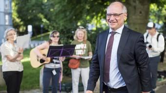 Begleitet von einem Steueroasen-Song macht sich Rudolf Elmer auf den Weg ins Zürcher Obergericht.