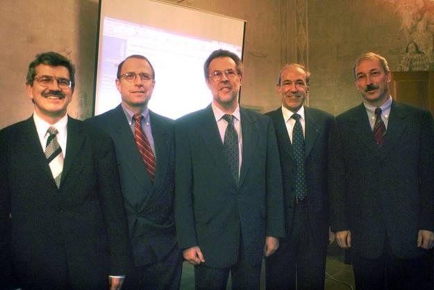 2000 wird Roland Brogli (ganz links) in den Aargauer Regierungsrat gewählt. Zur Exekutive gehören ausserdem Peter Beyeler (FDP) Kurt Wernli (parteilos) Ernst Hasler (SVP) und Rainer Huber (parteilos, von links).