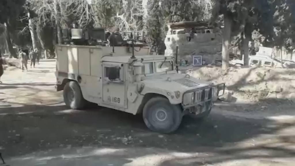 Mann in Uniform tötet drei Soldaten