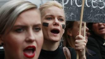 Frauen in Polen protestieren gegen ein Abtreibungsverbot. (Archivbild)