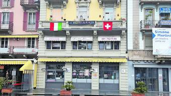 Haus in Bellinzona: Das Tessin zeigt Solidarität mit Italien. (Bild: G. Lob)
