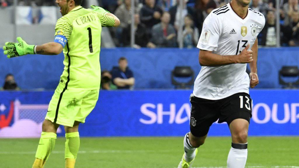 Freude üben, Frust drüben: Deutschlands Lars Stindl dreht nach seinem Tor zum 1:0 ab, Chiles Goalie Claudio Bravo ärgert sich