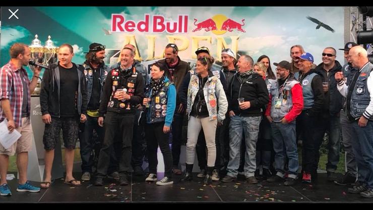 Jubel unter Töfflifans: Die Aargauer Crew holt ihren ersten Pokal nach Hause.