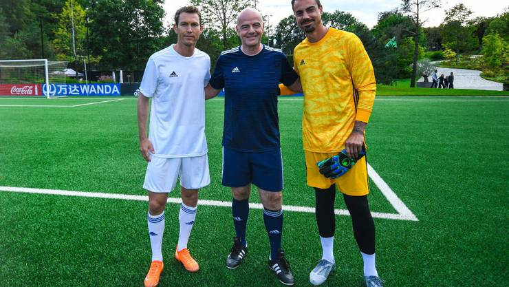 Zusammen mit dem FIFA-Präsidenten auf dem Platz: auch für Benaglio und Lichtsteiner ein spezieller Moment.