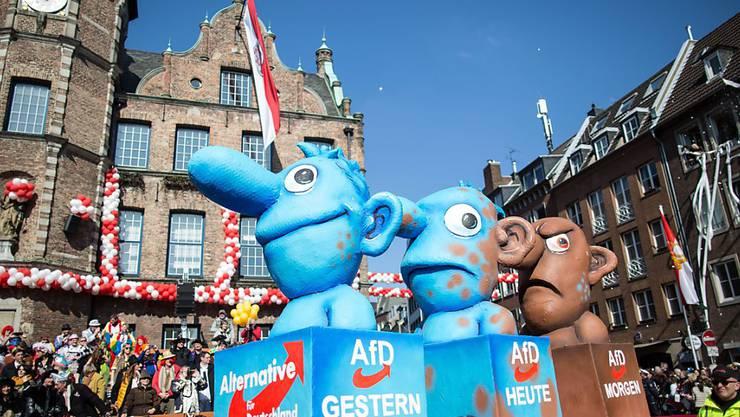 Karneval politisch: Am nachgeholten Düsseldorfer Rosenmontagszug kriegt auch die rechtspopulistische Partei Alternative für Deutschland (AfD) ihr Fett weg.