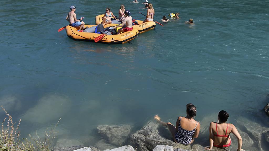 Die Kantonspolizei Bern weist darauf hin, dass es zurzeit aufgrund des hohen Wasserpegels gefährlich ist, sich zum Schwimmen oder mit einem Gummiboot in die Aare zu begeben. (Archivbild)