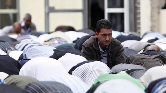Französiche Muslime beim Freitagsgebet in Paris. (Symbolbild)