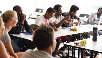 Die «Schüler» haben sichtlich Spass am Deutschunterricht an der Kanti. Pro Woche finden zwei Kurse statt, rund 20 bis 30 Asylbewerber im Alter zwischen 18 und 40 Jahren nehmen daran teil.
