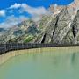 Über 1'200 Photovoltaik-Module werden auf der Südseite der 600 Meter langen Staumauer Albigna montiert (Bildmontage.