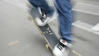 Kurze Zeit nach dem Zusammenstoss, bemerkte der Skater, dass er verletzt war. (Symbolbild)