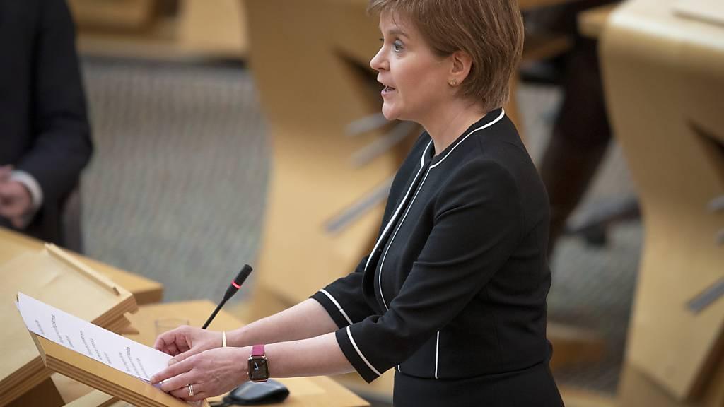 Nicola Sturgeon, Erste Ministerin von Schottland, spricht während der Debatte über den Misstrauensantrag im Plenarsaal des schottischen Parlament. Foto: Jane Barlow/PA Wire/dpa