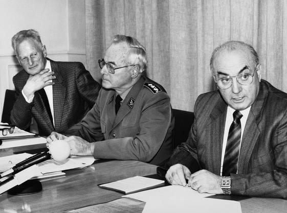 Efrem Cattelan, rechts, alias «Rico» seit 1979 Chef der Geheimarmee P-26, nahm am 7. Dezember 1990 an einer Pressekonferenz im Bundeshaus in Bern erstmals Stellung zur von ihm mitaufgebauten und geleiteten geheimen Widerstandsorganisation. Schüzenhilfe erhielt Cattelan vom früheren Generalstabschef und Historiker Hans Senn, links, der der PUK EMD, die die Geheimarmee entlarvt hatte, ein legalistisches Vorgehen vorwarf. Generalstabschef Heinz Häsler, Mitte, versicherte seinerseits, dass die Organisation definitiv aufgelöst werde.
