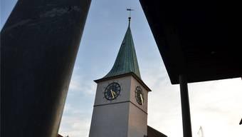 Er raubt einigen Nachbarn regelmässig den Schlaf: Der Turm der reformierten Kirche in Schlieren mit seinen Glocken. fni