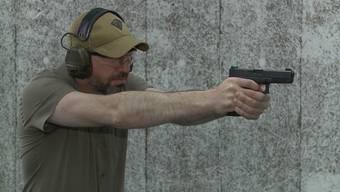 Passiert ist es bei einer Schiessausbildung in Trimbach. Der Rekrut wollte sich die Pistole ins Holster stecken, dabei schoss er sich in den Unterschenkel.
