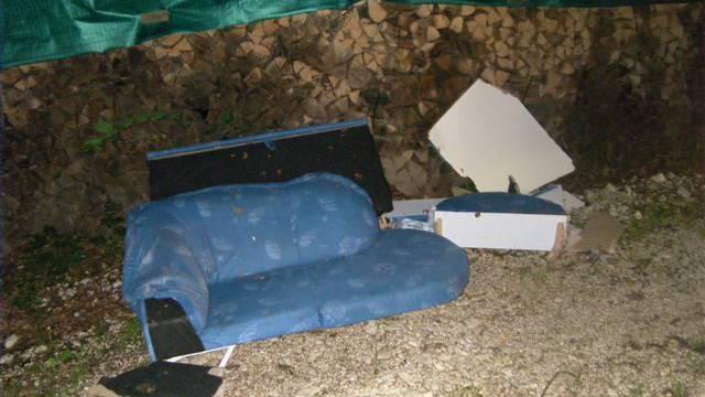 Das Paar musste das illegal deponierte Sofa wieder den Hang hinauf schleppen und korrekt entsorgen.