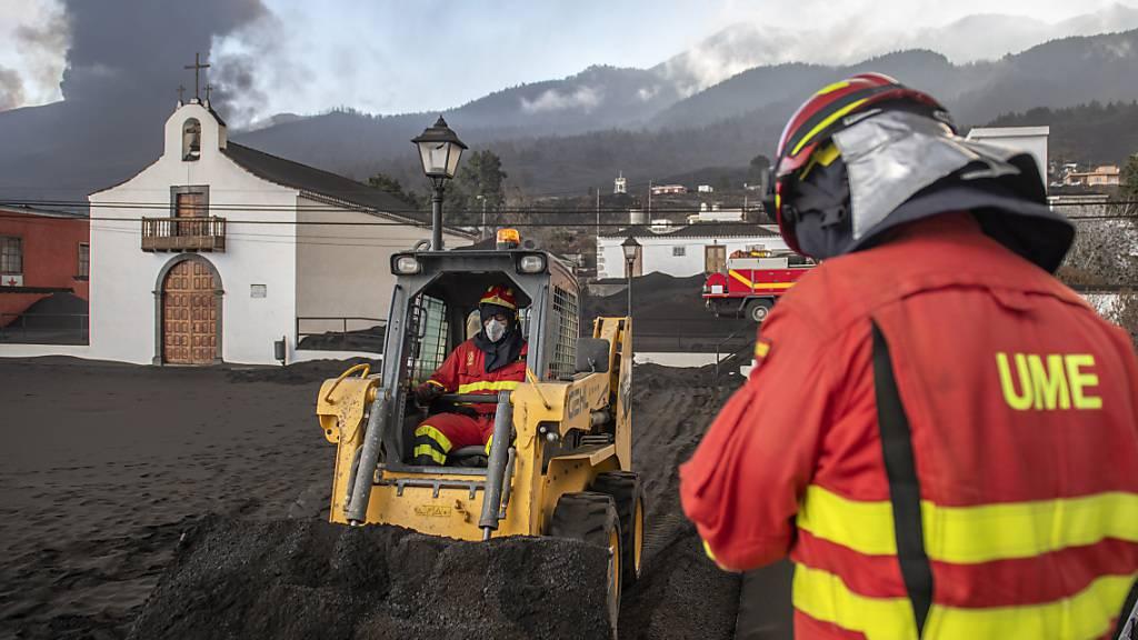 Ein neuer Lavastrom eines ausbrechenden Vulkans drohte auf seinem Weg in den Atlantik ein weiteres Stadtviertel zu verschlingen. Die Inselbehörden haben am Dienstag die Evakuierung von rund 800 Menschen aus einem Teil der Stadt angeordnet, nachdem die Lava einen neuen Kurs eingeschlagen und ihre Häuser in den wahrscheinlichen Zerstörungspfad gebracht hatte. Foto: Saul Santos/AP/dpa