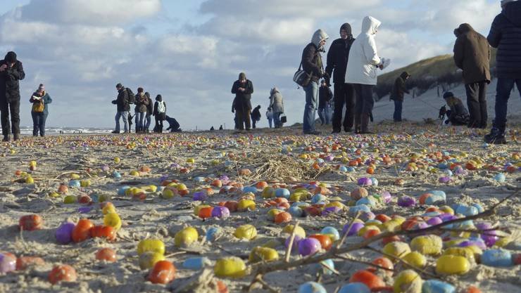 Bunte Überraschungseier am Donnerstag am Strand der ostfriesischen Insel Langeoog.