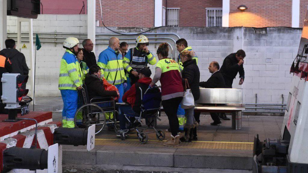 Rettungskräfte im Einsatz nach dem Zugunglück am Freitag in Alcala de Henares bei Madrid.