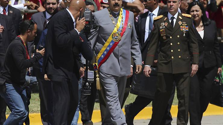 Venezuelas Staatschef Nicolás Maduro (Mitte) lässt den Obersten Gerichtshof seines Landes gegen Oppositionelle vorgehen. (Archivbild)
