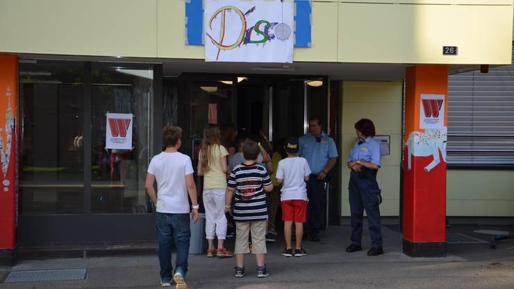 Eingang in die Schüler-Disco, angeboten vom Windischer Jugendtreff.